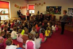 Czytanie dzieciom z Przedszkola - Prezes Chóru Spójnia - Iwona Fojcik