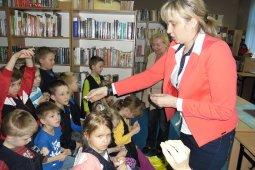 Czytanie dzieciom z SP nr 1 - Znaki są ważne - czyt. A. Wieszołek_10